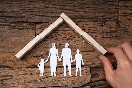 person macht dach ueber die cutout