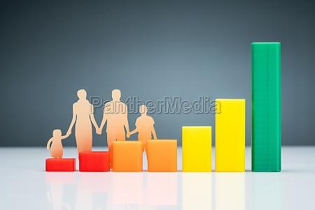 familie cutout papier hinter diagramm auf