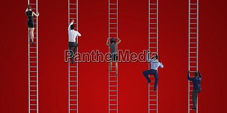 geschaeftsleute die leitern erklimmen