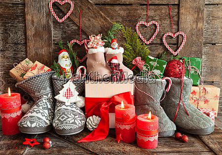 stiefel mit kleinen geschenken und suessigkeiten