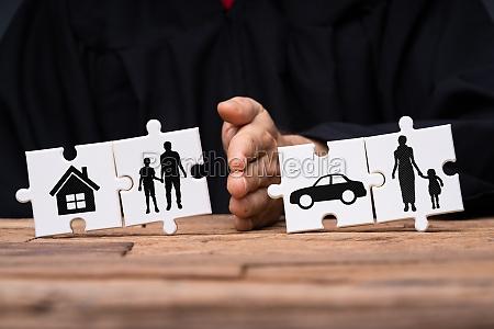 puzzle zeigt familientrennung mit eigenschaft ueber