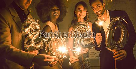 gruppe von party leuten feiert die