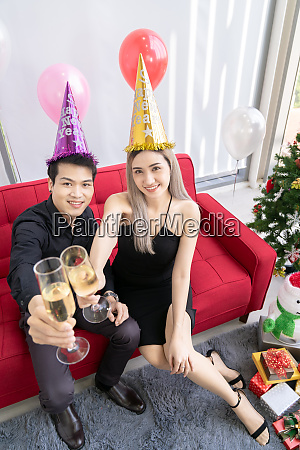 paar feiern neujahrsparty