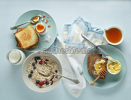 fruehstueck haferflocken fruechte gekochtes ei honig