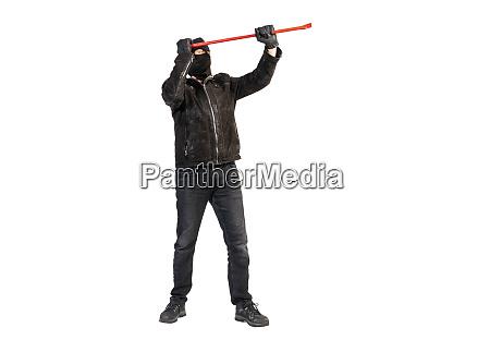 ein einbrecher mit brechstange und maske