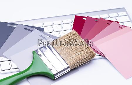 pinsel und farbkarten auf der tastatur