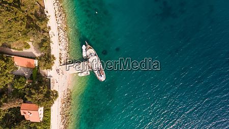 luftaufnahme eines segelbootes das am pier