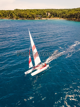 luftaufnahme des segelbootes in der naehe