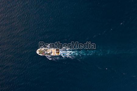 luftaufnahme des fischerbootes segeln an der