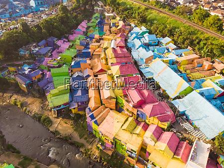 luftaufnahme des dorfes rainbow in indonesien