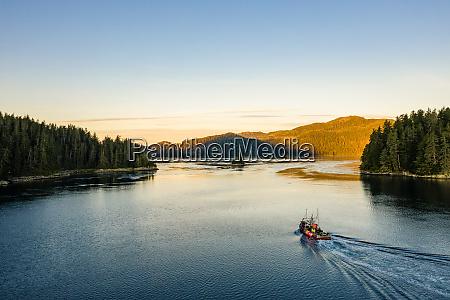 luftaufnahme eines kommerziellen fischerbootes in der