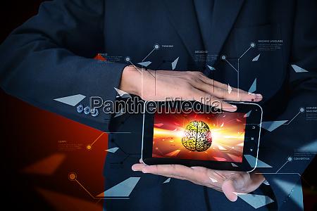 mann zeigt gehirn auf einem smartphone
