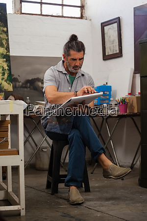 mann malt im zeichenbuch