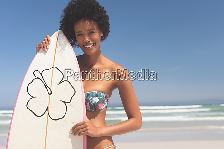 surferin mit surfbrett am strand