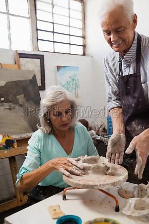 senior mann hilft seniorin bei der
