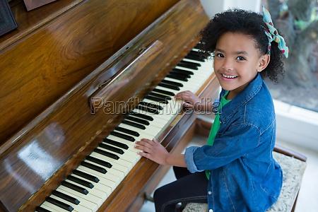 entzueckende maedchen spielen klavier