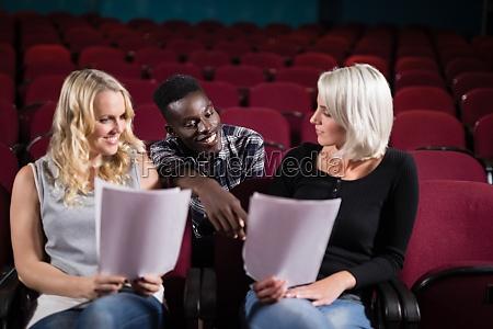 schauspieler lesen ihre drehbuecher auf der