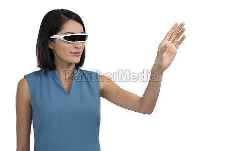 weibliche fuehrungskraft gestikulierend mit virtual reality