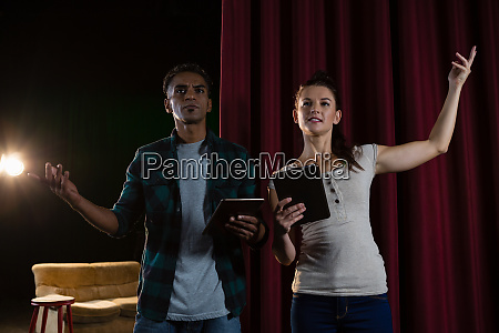 schauspieler proben auf der buehne waehrend