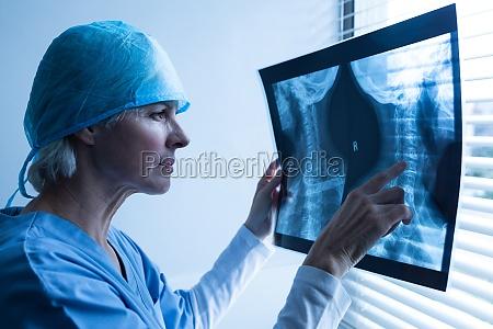 AErztin untersucht roentgenbericht im krankenhaus