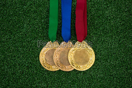 medaillen auf kunstrasen
