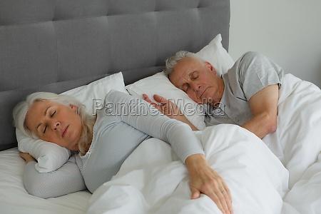 aktives seniorenpaar das zusammen im bett