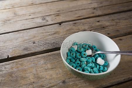 marshmallow und getreideringe in schuessel