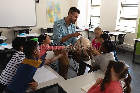 maennlicher lehrer unterrichtet seine kinder ueber