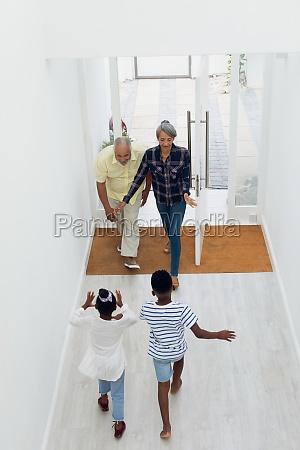 kinder laufen einem alten ehepaar durch