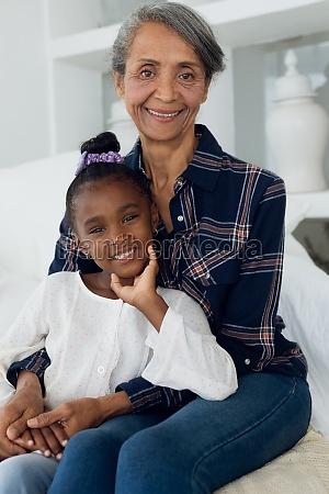 grossmutter und enkelin laechelnd