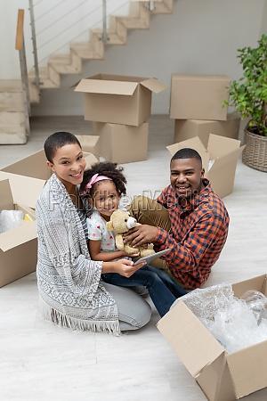 familie mit digitalem tablet beim auspacken