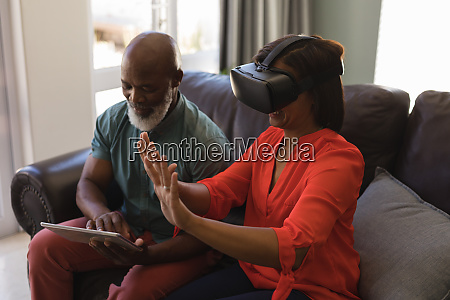 senior paar mit digitalem tablet und