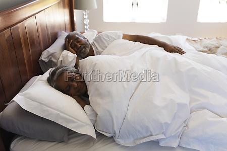 seniorenpaar schlaeft im schlafzimmer zu hause