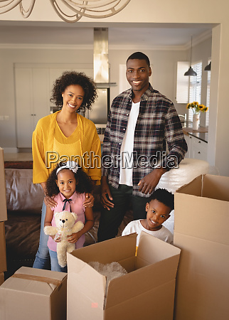glueckliche afroamerikanische familie mit pappkartons die