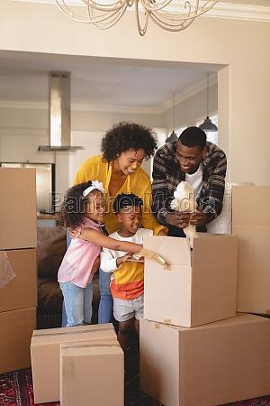 glueckliche afroamerikanische eltern mit ihren kindern