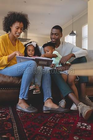 glueckliche afroamerikanische eltern mit ihren niedlichen