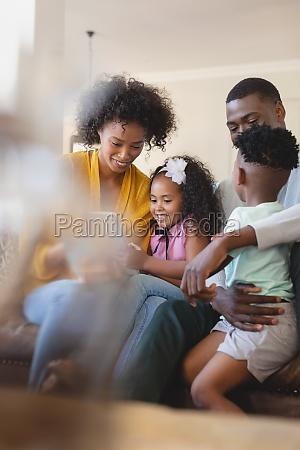 frontansicht von gluecklichen afroamerikanischen eltern mit