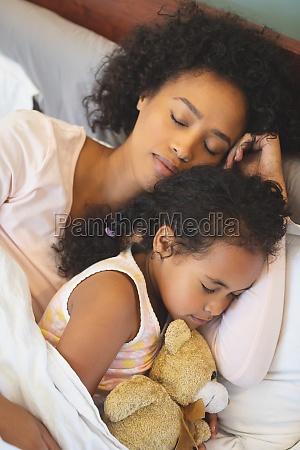 afroamerikanische mutter und tochter schlafen zusammen
