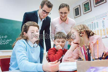 gruppenarbeit in der schule mit lehrern