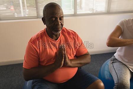 AEltere maenner die yoga zu hause