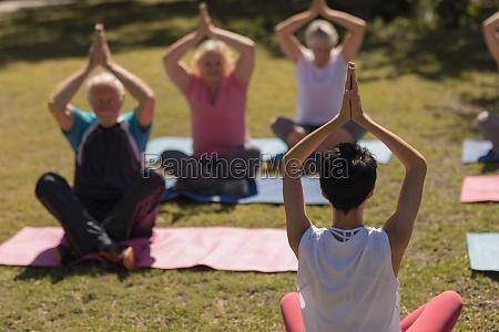 weibliche trainerin trainiert senioren in der