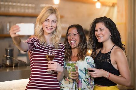 portraet von freundinnen die selfies machen