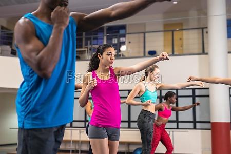 fit menschen trainieren gemeinsam im fitnesscenter