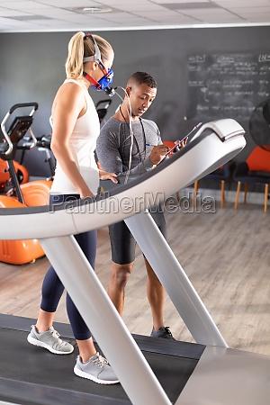 frau macht einen fitnesstest