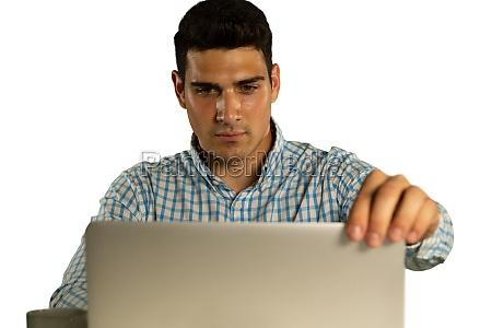 junger geschaeftsmann mit einem laptop