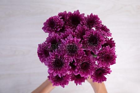 bouquet von lila blumen