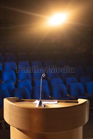 leeres auditorium mit podium und redner