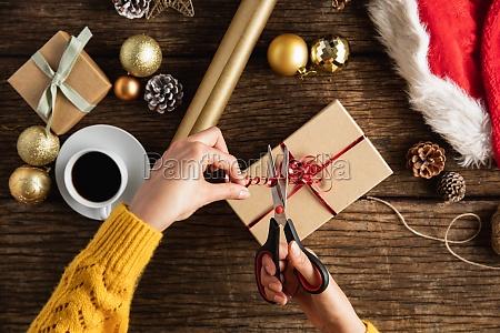 haende wickeln weihnachtsgeschenke