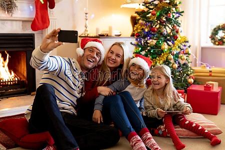familie zu hause zur weihnachtszeit