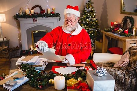 weihnachtsmann leserolle im wohnzimmer